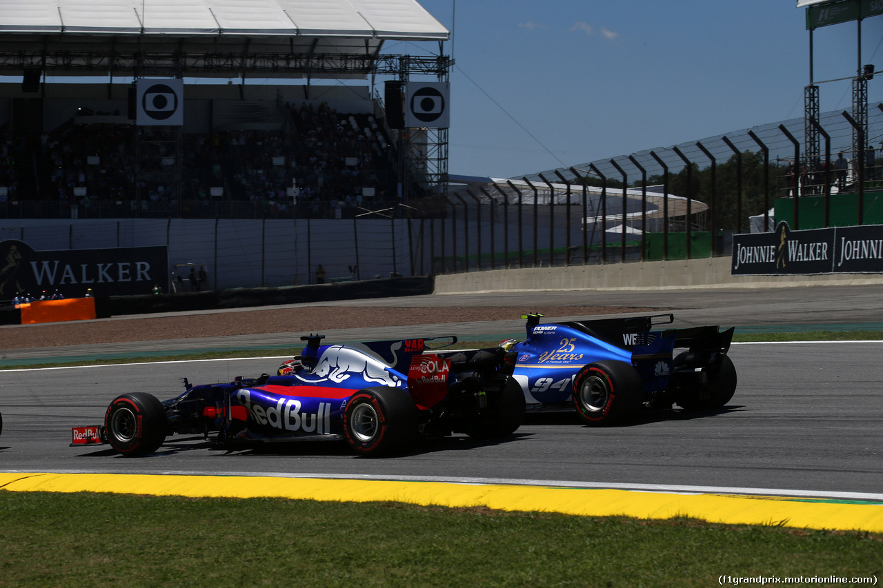 GP BRASILE, 12.11.2017 - Gara, Brendon Hartley (NZL) Scuderia Toro Rosso STR12 e Pascal Wehrlein (GER) Sauber C36