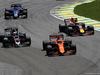 GP BRASILE, 12.11.2017 - Gara, Kevin Magnussen (DEN) Haas F1 Team VF-17 e Stoffel Vandoorne (BEL) McLaren MCL32