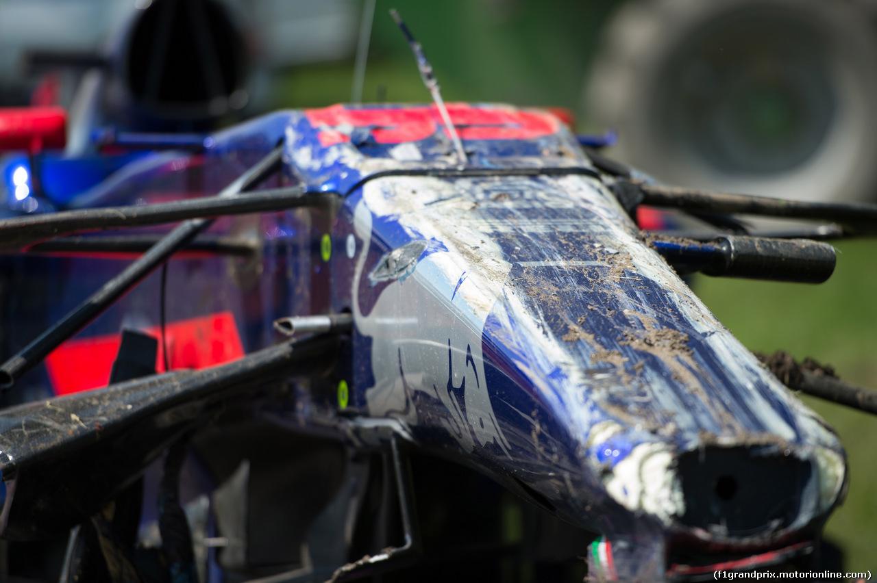 GP CANADA, 11.06.2017- Gara, Carlos Sainz Jr (ESP) Scuderia Toro Rosso STR12 car after the crash