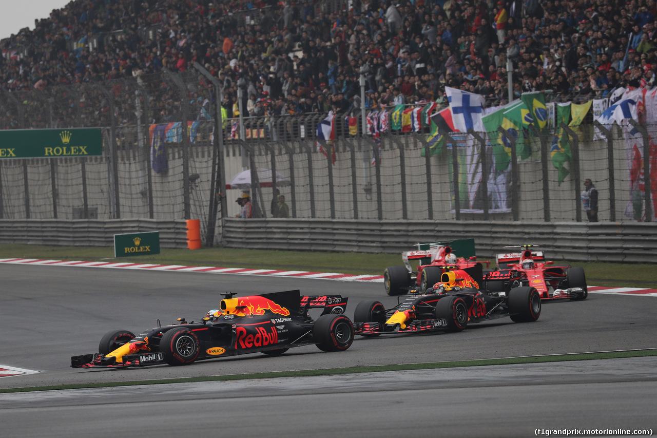 GP CINA, 09.04.2017 - Gara, Daniel Ricciardo (AUS) Red Bull Racing RB13 davanti a Max Verstappen (NED) Red Bull Racing RB13