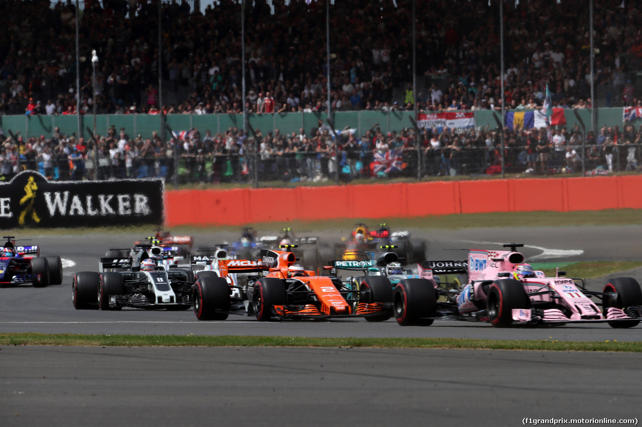 GP GRAN BRETAGNA, 16.07.2017 - Gara, Start of the race, Stoffel Vandoorne (BEL) McLaren MCL32 e Sergio Perez (MEX) Sahara Force India F1 VJM010