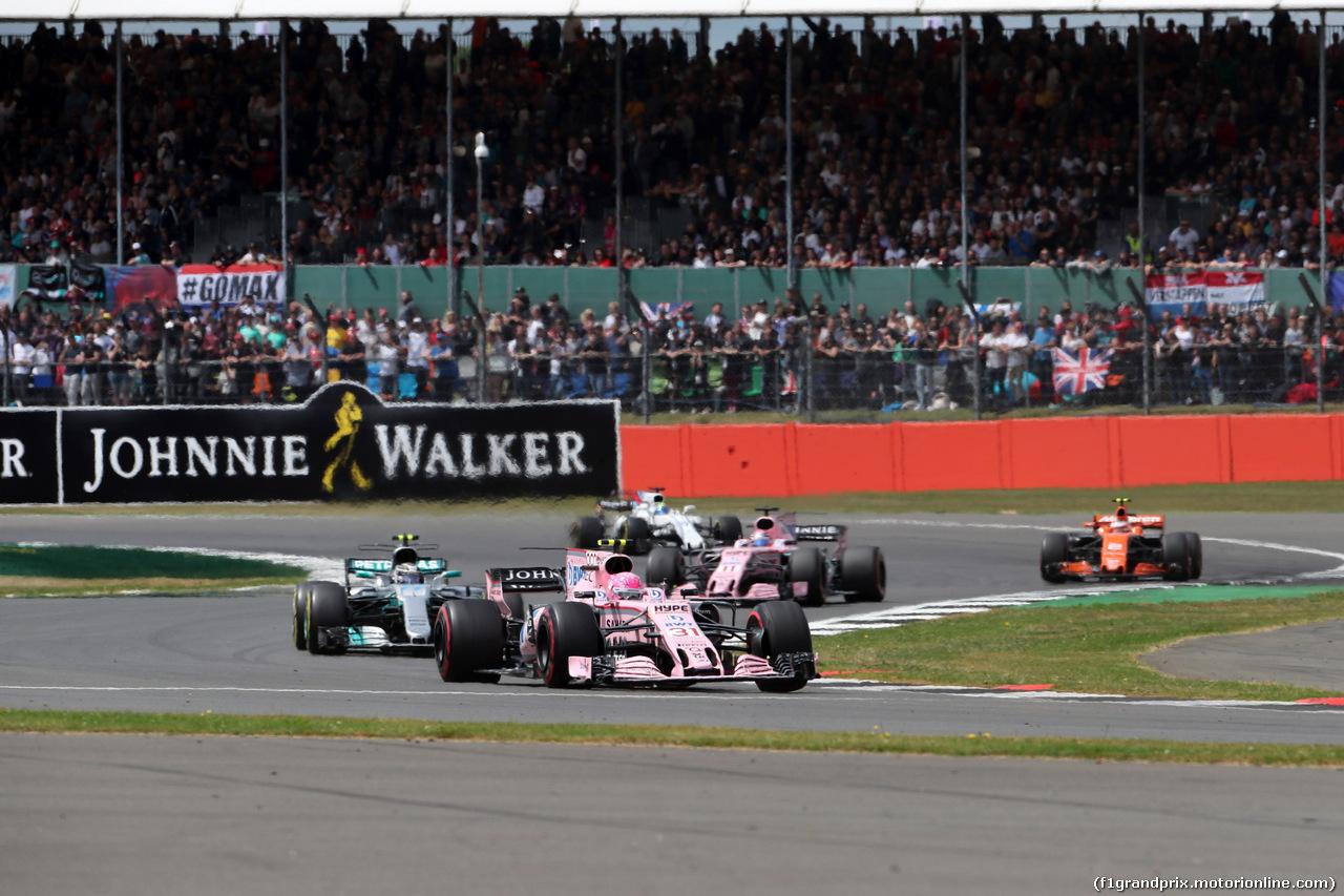 GP GRAN BRETAGNA, 16.07.2017 - Gara, Esteban Ocon (FRA) Sahara Force India F1 VJM10 davanti a Valtteri Bottas (FIN) Mercedes AMG F1 W08