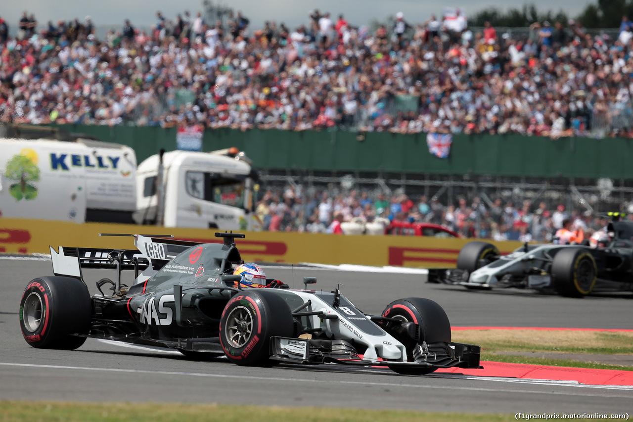 GP GRAN BRETAGNA, 16.07.2017 - Gara, Romain Grosjean (FRA) Haas F1 Team VF-17 davanti a Kevin Magnussen (DEN) Haas F1 Team VF-17