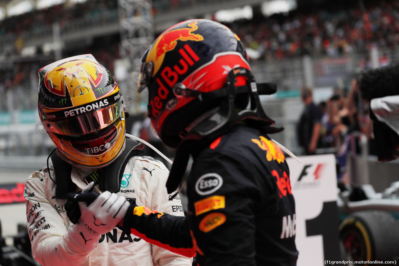 GP MALESIA, 01.10.2017 - Gara, 2nd place Lewis Hamilton (GBR) Mercedes AMG F1 W08 e Max Verstappen (NED) Red Bull Racing RB13 vincitore