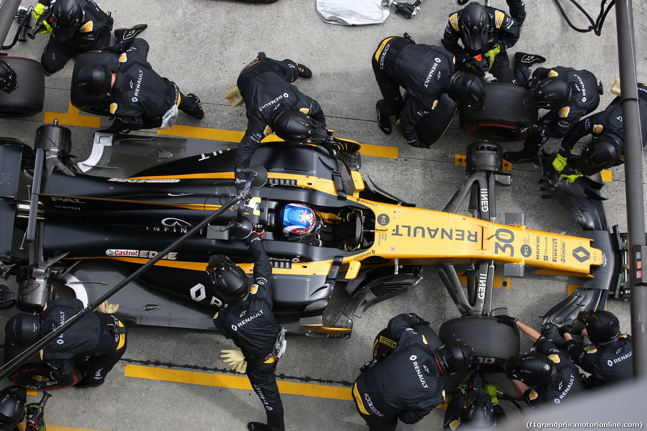 GP MALESIA, 01.10.2017 - Gara, Pit stop, Jolyon Palmer (GBR) Renault Sport F1 Team RS17