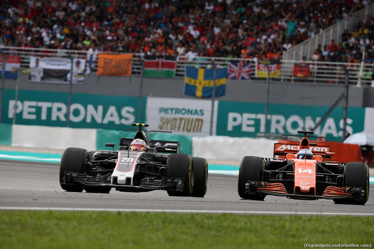 GP MALESIA, 01.10.2017 - Gara, Kevin Magnussen (DEN) Haas F1 Team VF-17 e Fernando Alonso (ESP) McLaren MCL32