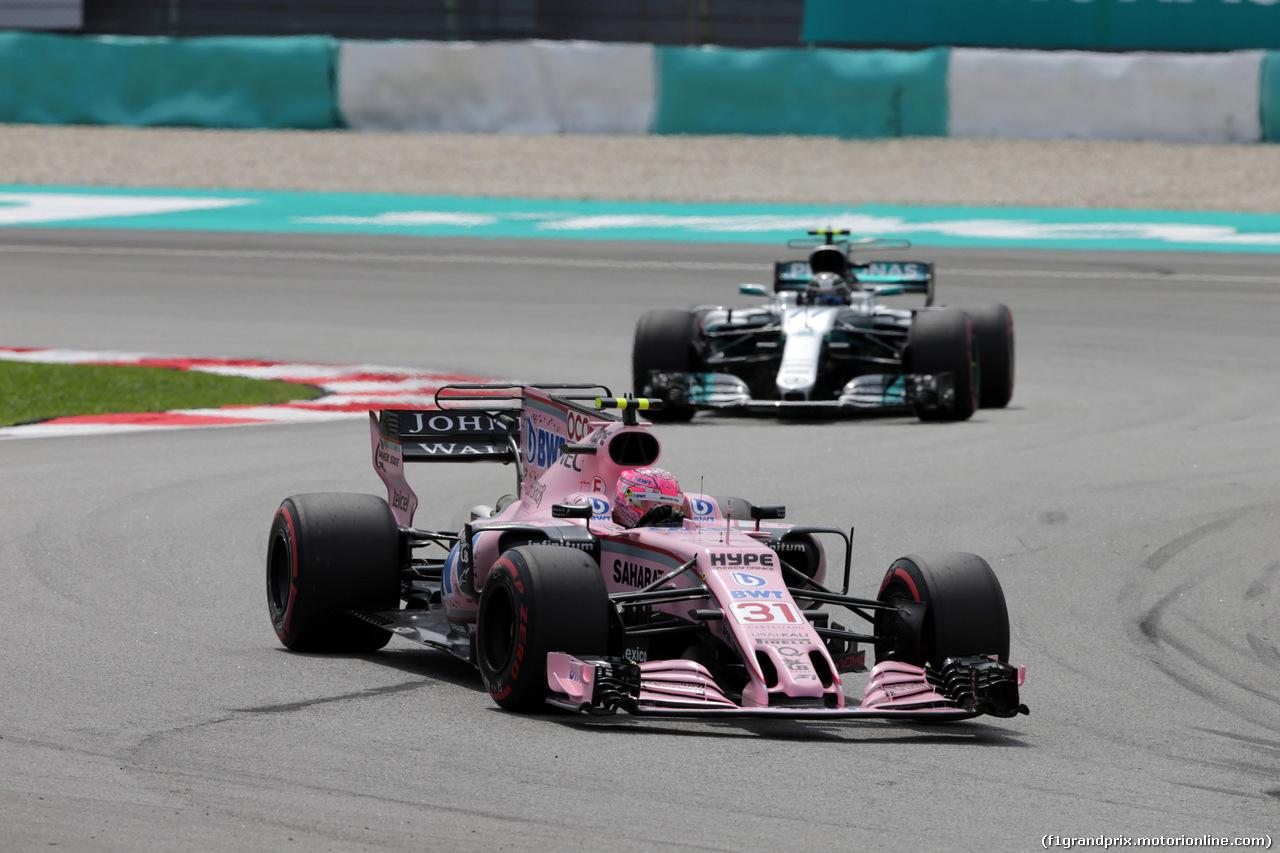GP MALESIA, 30.09.2017 - Prove Libere 3, Esteban Ocon (FRA) Sahara Force India F1 VJM10 e Valtteri Bottas (FIN) Mercedes AMG F1 W08
