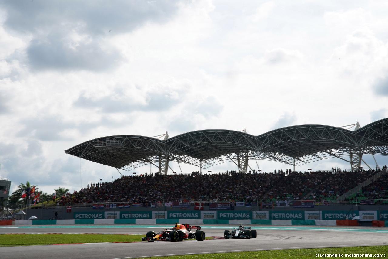 GP MALESIA, 30.09.2017 - Qualifiche, Max Verstappen (NED) Red Bull Racing RB13 e Valtteri Bottas (FIN) Mercedes AMG F1 W08