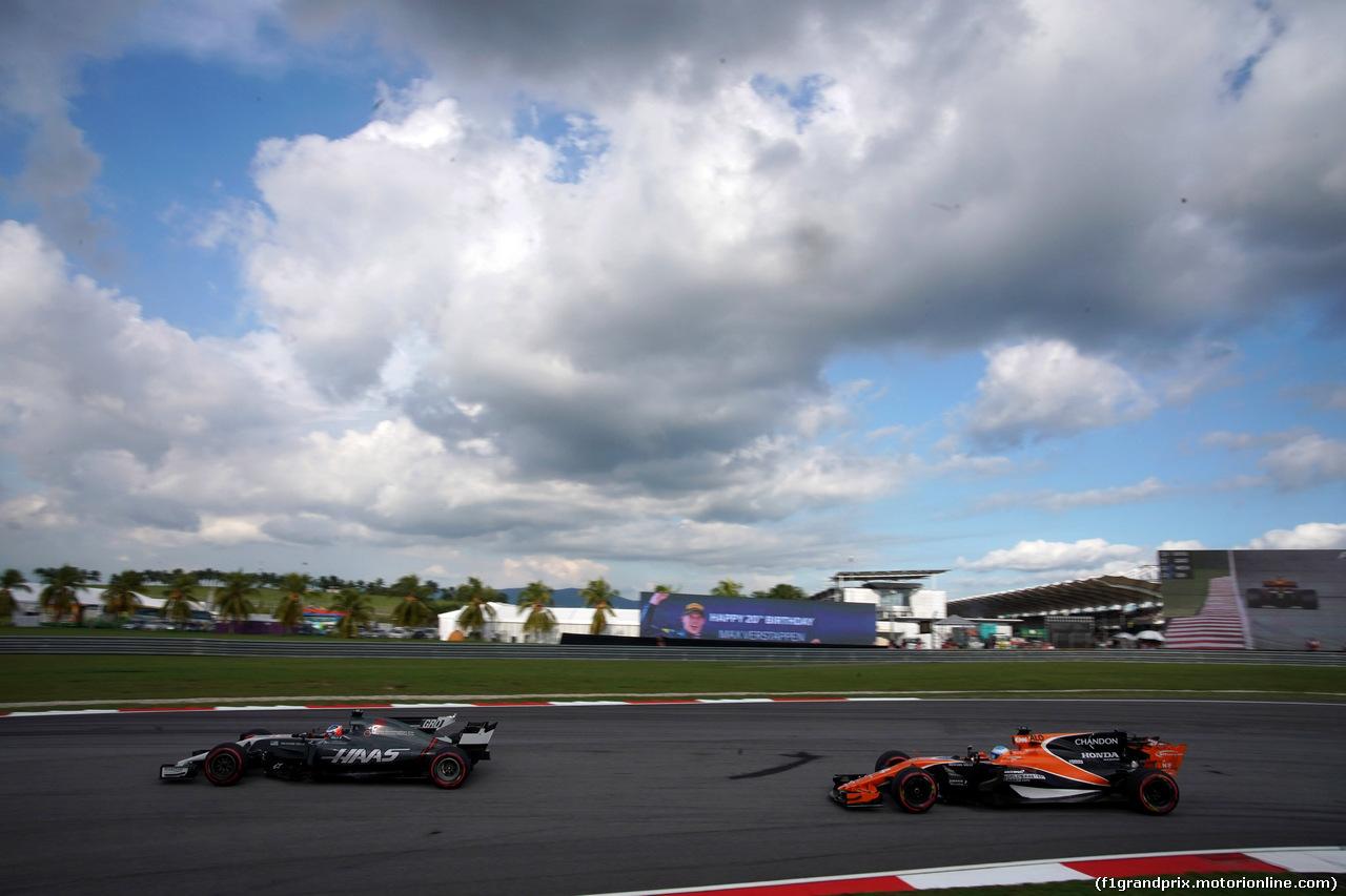 GP MALESIA, 30.09.2017 - Qualifiche, Romain Grosjean (FRA) Haas F1 Team VF-17 e Fernando Alonso (ESP) McLaren MCL32