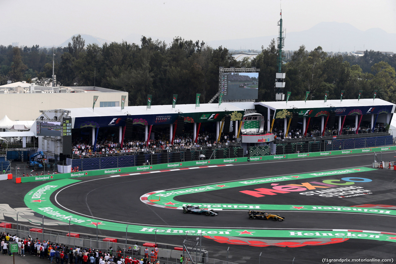 GP MESSICO, 29.10.2017 - Gara, Lewis Hamilton (GBR) Mercedes AMG F1 W08 e Carlos Sainz Jr (ESP) Renault Sport F1 Team RS17