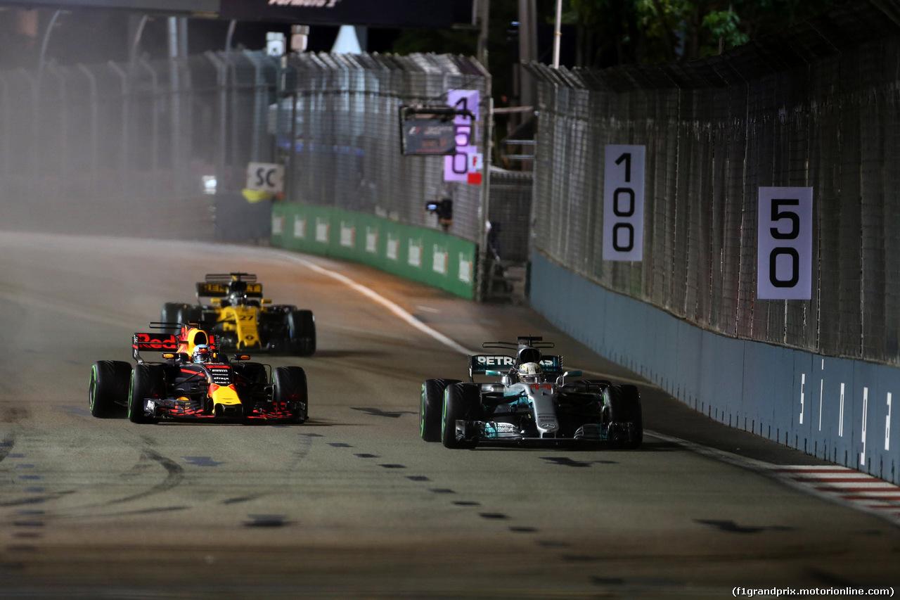 GP SINGAPORE, 17.09.2017 - Gara, Daniel Ricciardo (AUS) Red Bull Racing RB13 e Lewis Hamilton (GBR) Mercedes AMG F1 W08