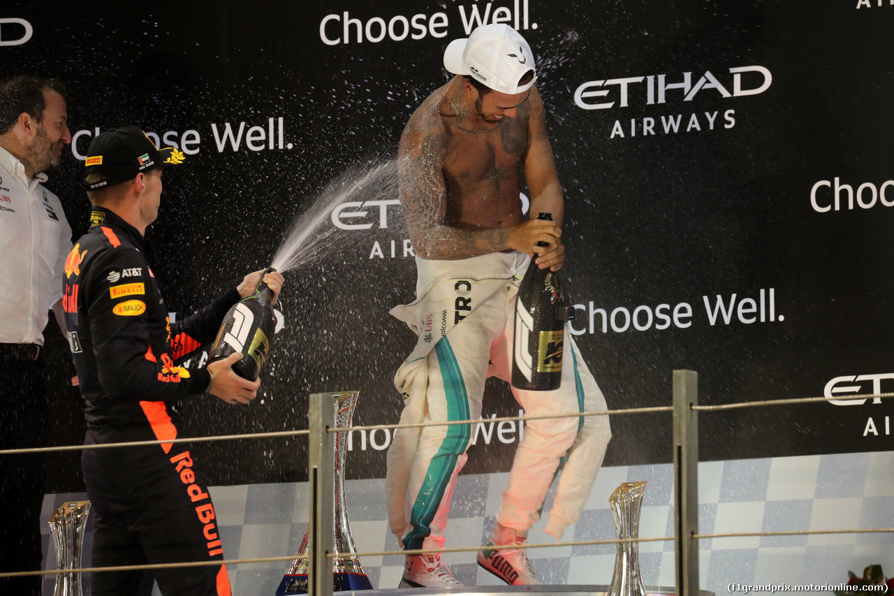 GP ABU DHABI, 25.11.2018 - Gara, 3rd place Max Verstappen (NED) Red Bull Racing RB14 e Lewis Hamilton (GBR) Mercedes AMG F1 W09 vincitore