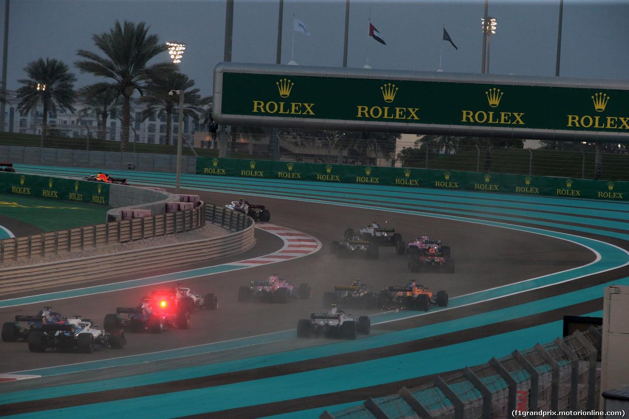 GP ABU DHABI, 25.11.2018 - Gara, Fernando Alonso (ESP) McLaren MCL33 e Carlos Sainz Jr (ESP) Renault Sport F1 Team RS18