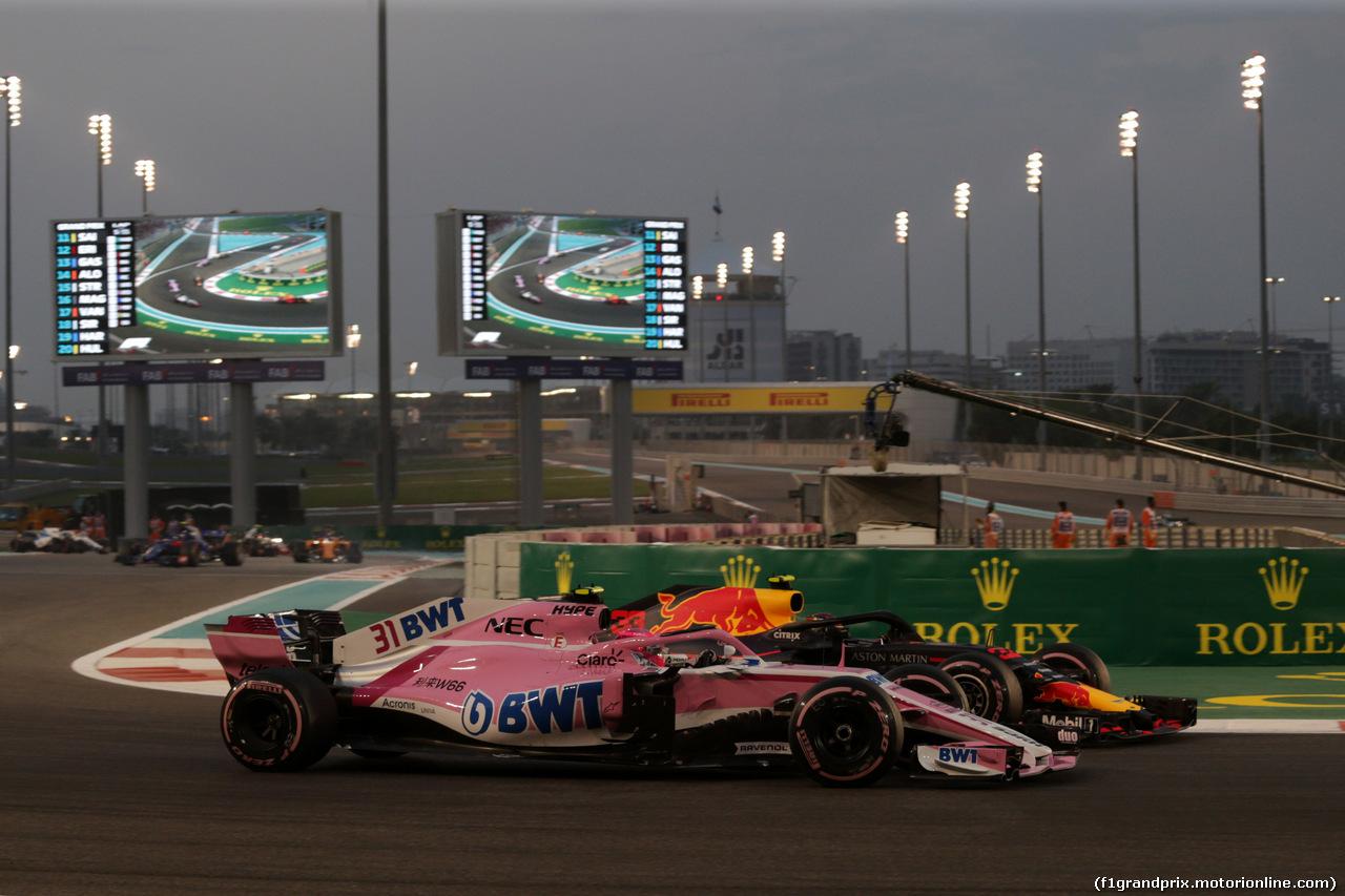 GP ABU DHABI, 25.11.2018 - Gara, Esteban Ocon (FRA) Racing Point Force India F1 VJM11 e Max Verstappen (NED) Red Bull Racing RB14