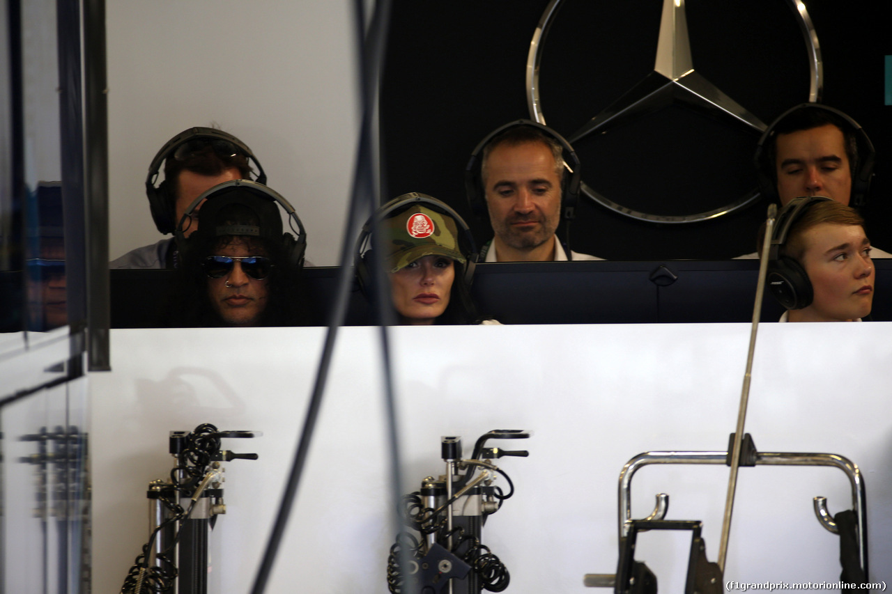 GP ABU DHABI, 24.11.2018 - Qualifiche, Slash (Saul Hudson), Guns N Roses lead guitarist, (Left) in the Mercedes AMG F1 garage with Billy Monger (GBR) Racing Driver (Right)