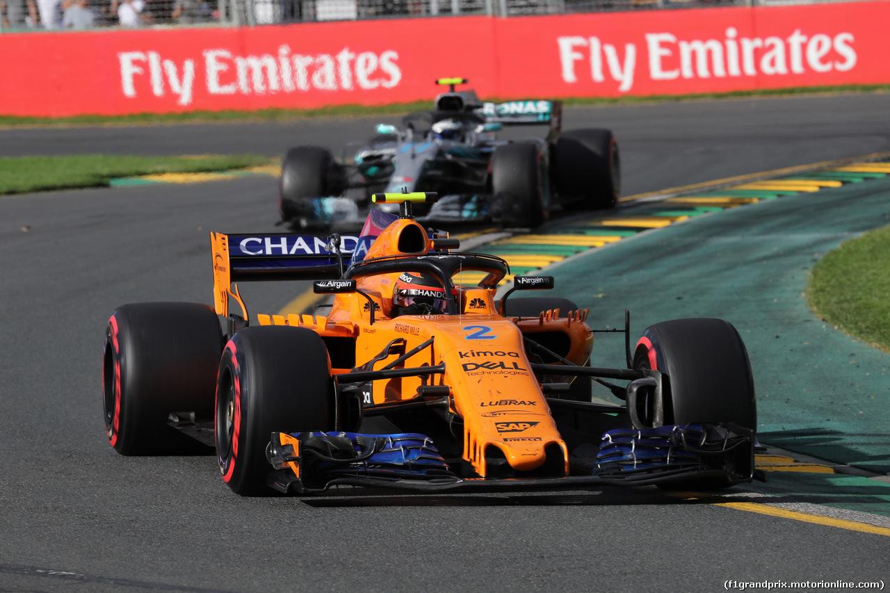 GP AUSTRALIA, 25.03.2018 - Gara, Stoffel Vandoorne (BEL) McLaren MCL33 davanti a Valtteri Bottas (FIN) Mercedes AMG F1 W09