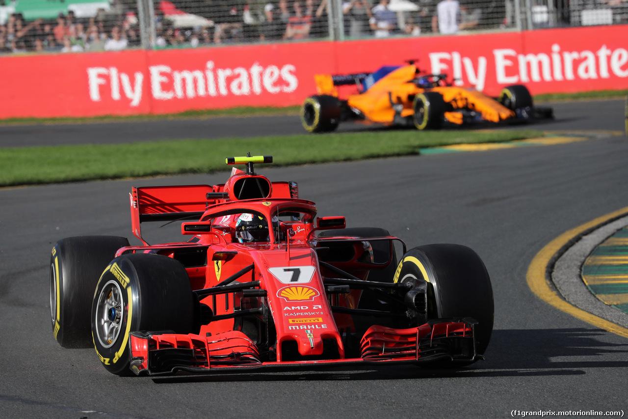 GP AUSTRALIA, 25.03.2018 - Gara, Kimi Raikkonen (FIN) Ferrari SF71H davanti a Fernando Alonso (ESP) McLaren MCL33