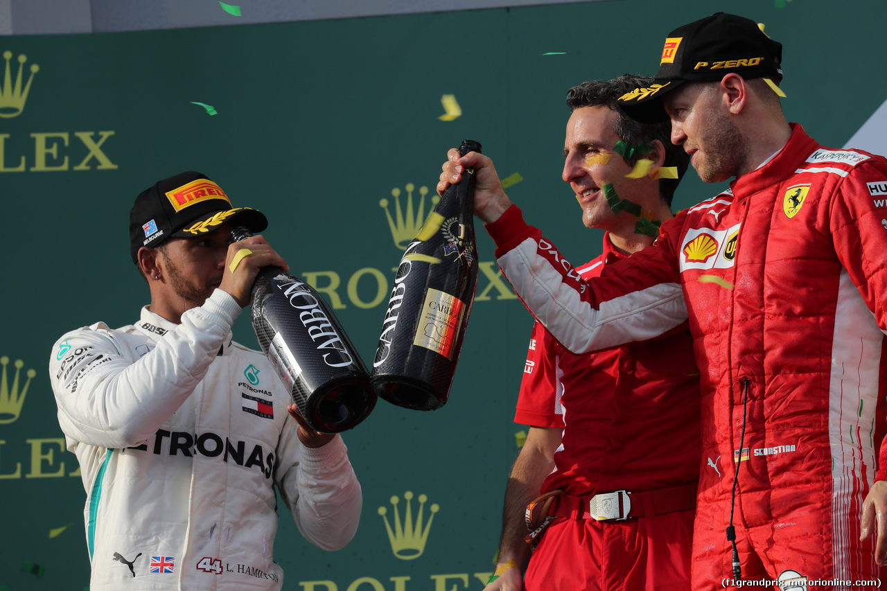 GP AUSTRALIA, 25.03.2018 - Gara, 2nd place Lewis Hamilton (GBR) Mercedes AMG F1 W09, Iñaki Rueda (ESP) Ferrari Strategy e Sebastian Vettel (GER) Ferrari SF71H vincitore