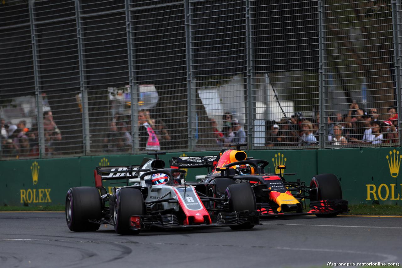 GP AUSTRALIA, 25.03.2018 - Gara, Romain Grosjean (FRA) Haas F1 Team VF-18 e Daniel Ricciardo (AUS) Red Bull Racing RB14