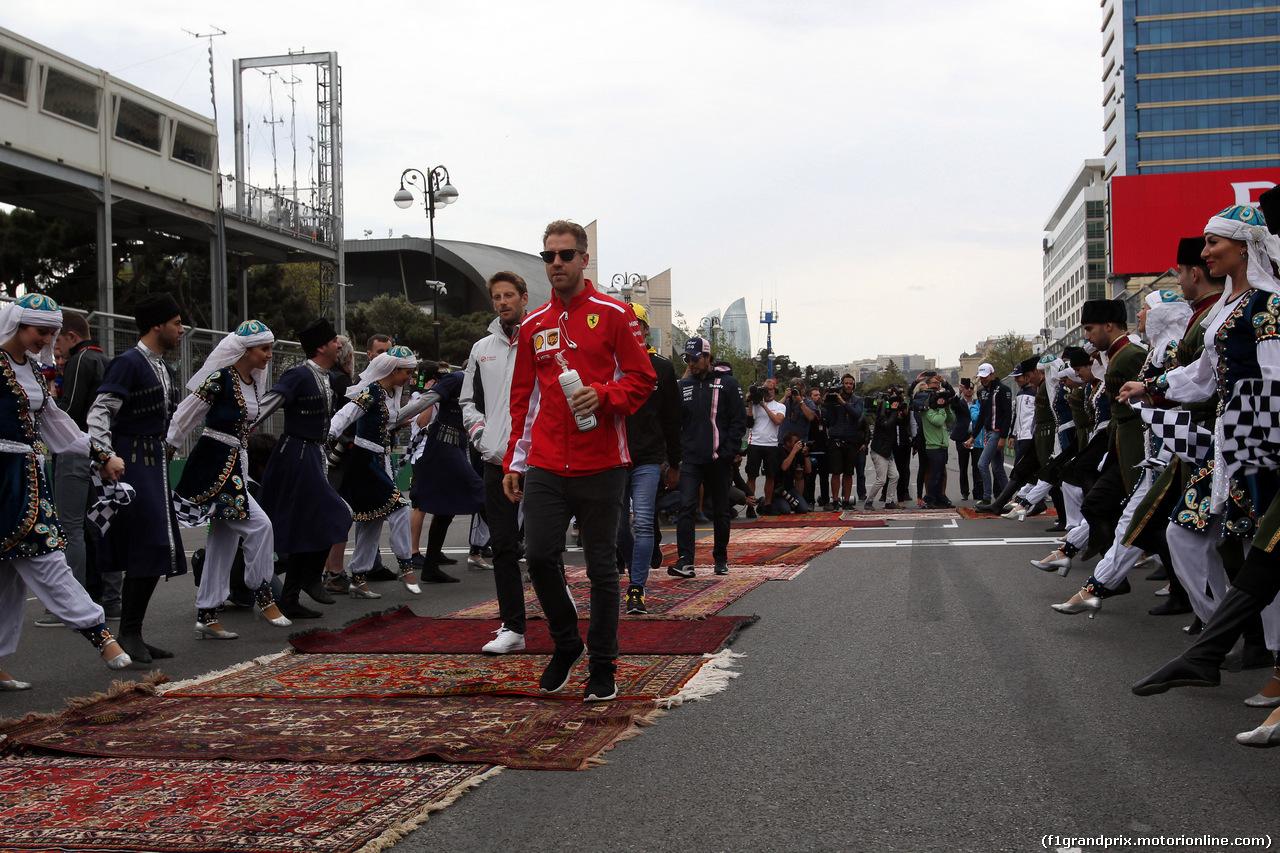 GP AZERBAIJAN, 29.04.2018 - Romain Grosjean (FRA) Haas F1 Team VF-18 e Sebastian Vettel (GER) Ferrari SF71H