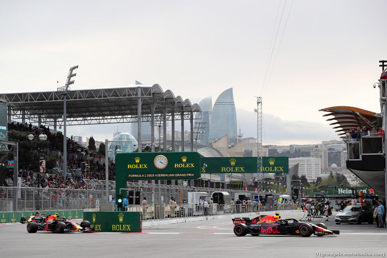 GP AZERBAIJAN, 29.04.2018 - Gara, Max Verstappen (NED) Red Bull Racing RB14 e Daniel Ricciardo (AUS) Red Bull Racing RB14