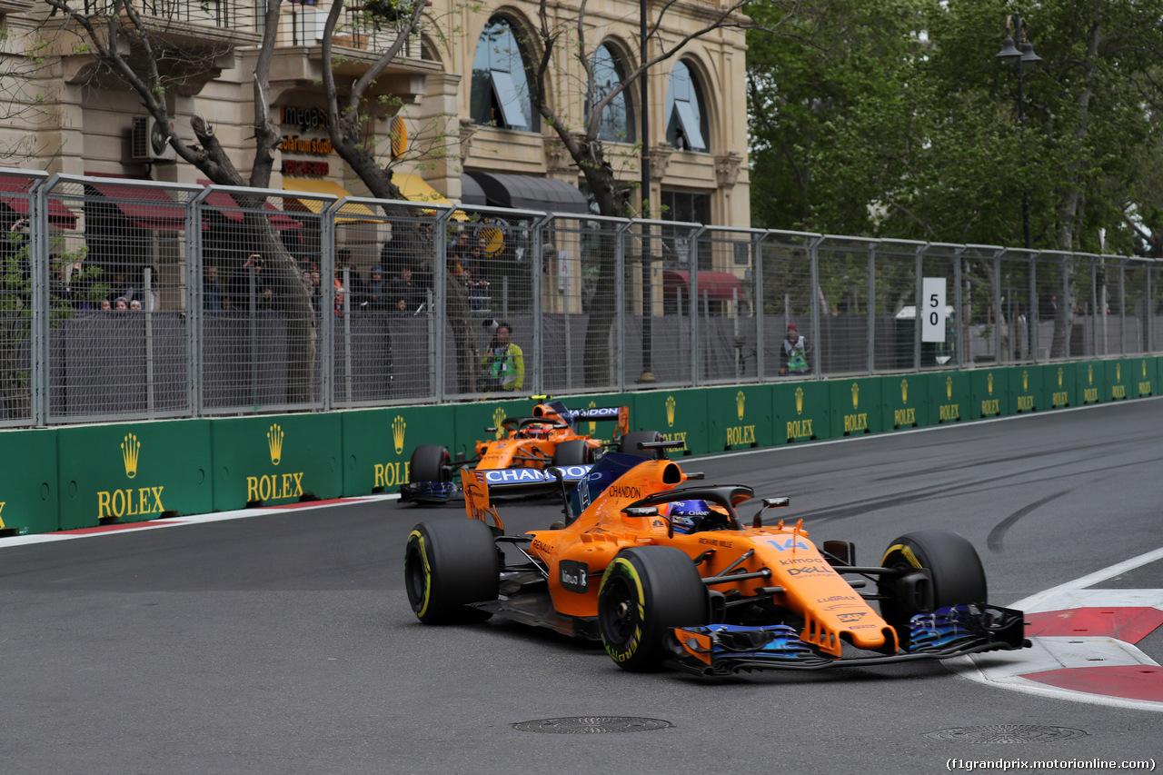 GP AZERBAIJAN, 29.04.2018 - Gara, Fernando Alonso (ESP) McLaren MCL33 davanti a Stoffel Vandoorne (BEL) McLaren MCL33