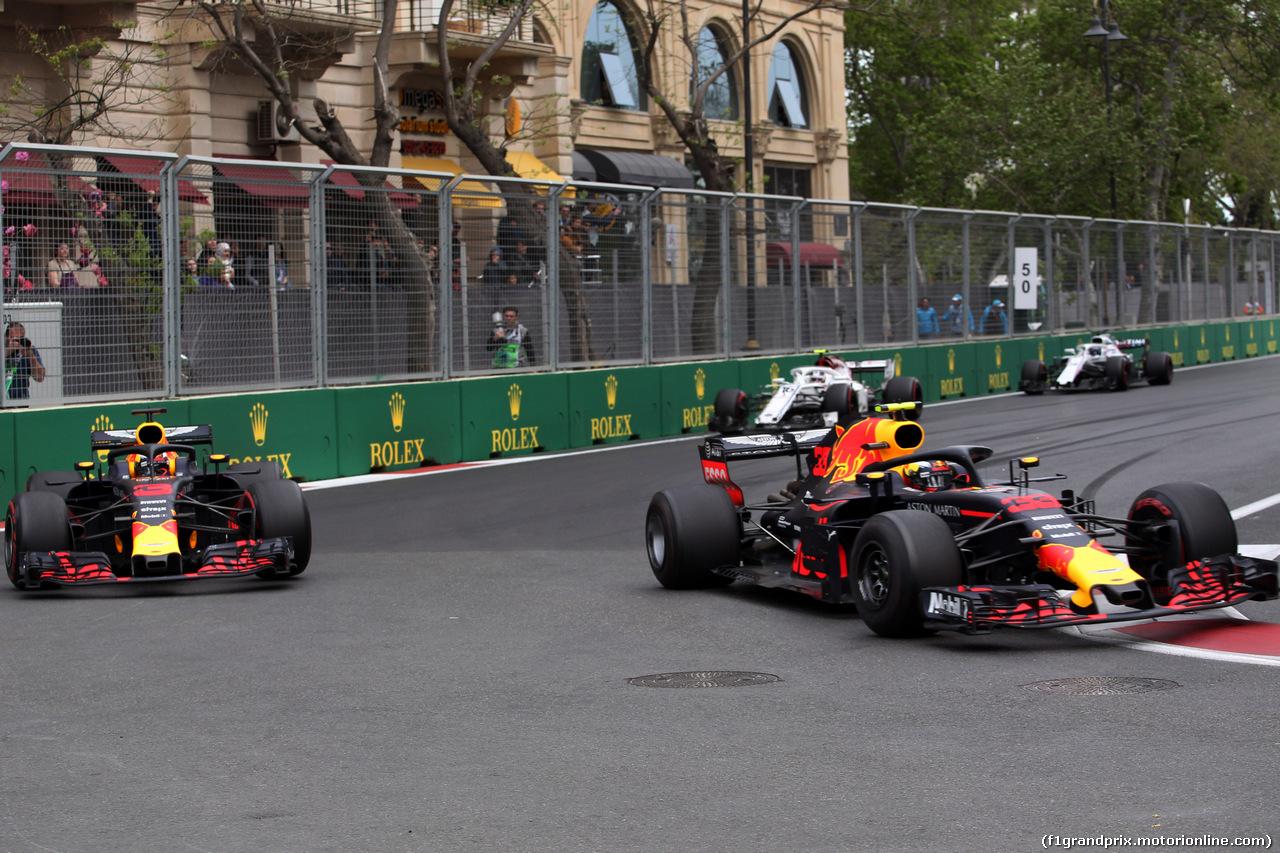 GP AZERBAIJAN, 29.04.2018 - Gara, Daniel Ricciardo (AUS) Red Bull Racing RB14 e Max Verstappen (NED) Red Bull Racing RB14
