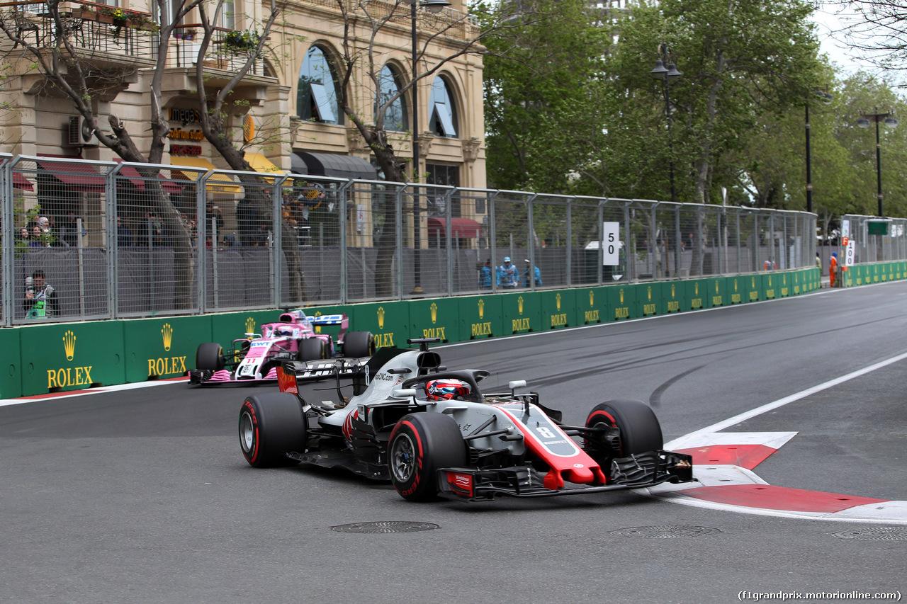 GP AZERBAIJAN, 29.04.2018 - Gara, Romain Grosjean (FRA) Haas F1 Team VF-18 davanti a Sergio Perez (MEX) Sahara Force India F1 VJM011