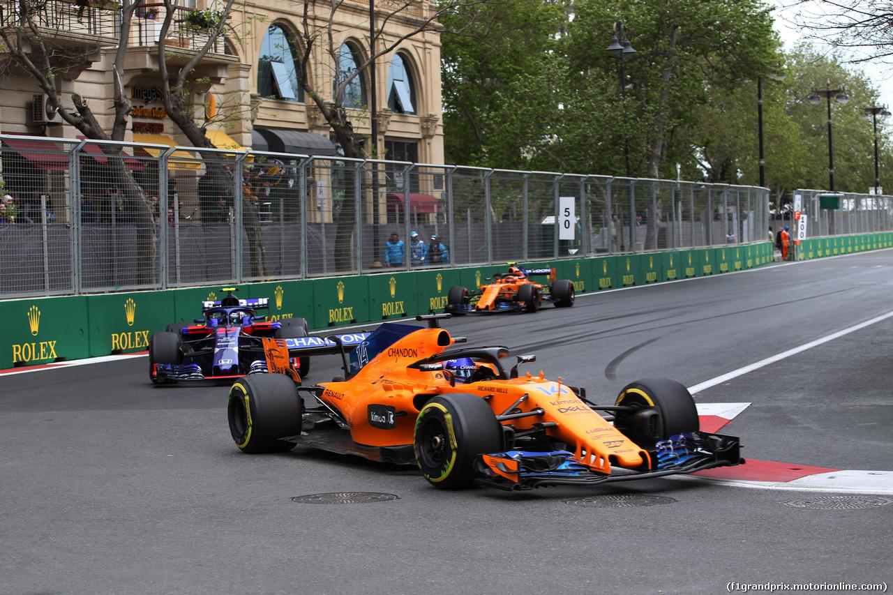 GP AZERBAIJAN, 29.04.2018 - Gara, Fernando Alonso (ESP) McLaren MCL33 davanti a Pierre Gasly (FRA) Scuderia Toro Rosso STR13