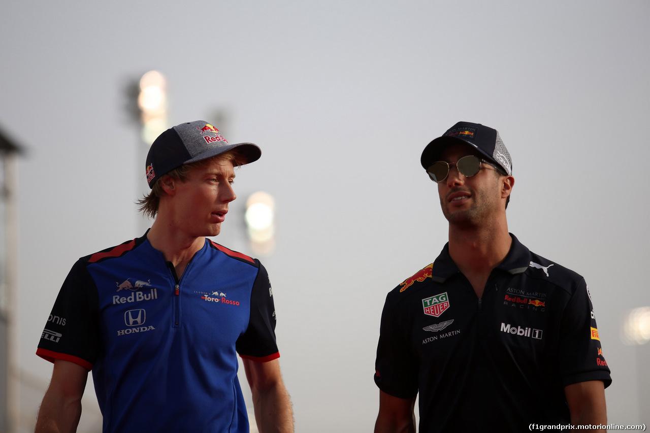 GP BAHRAIN, 08.04.2018 - Brendon Hartley (NZL) Scuderia Toro Rosso STR13 e Daniel Ricciardo (AUS) Red Bull Racing RB14