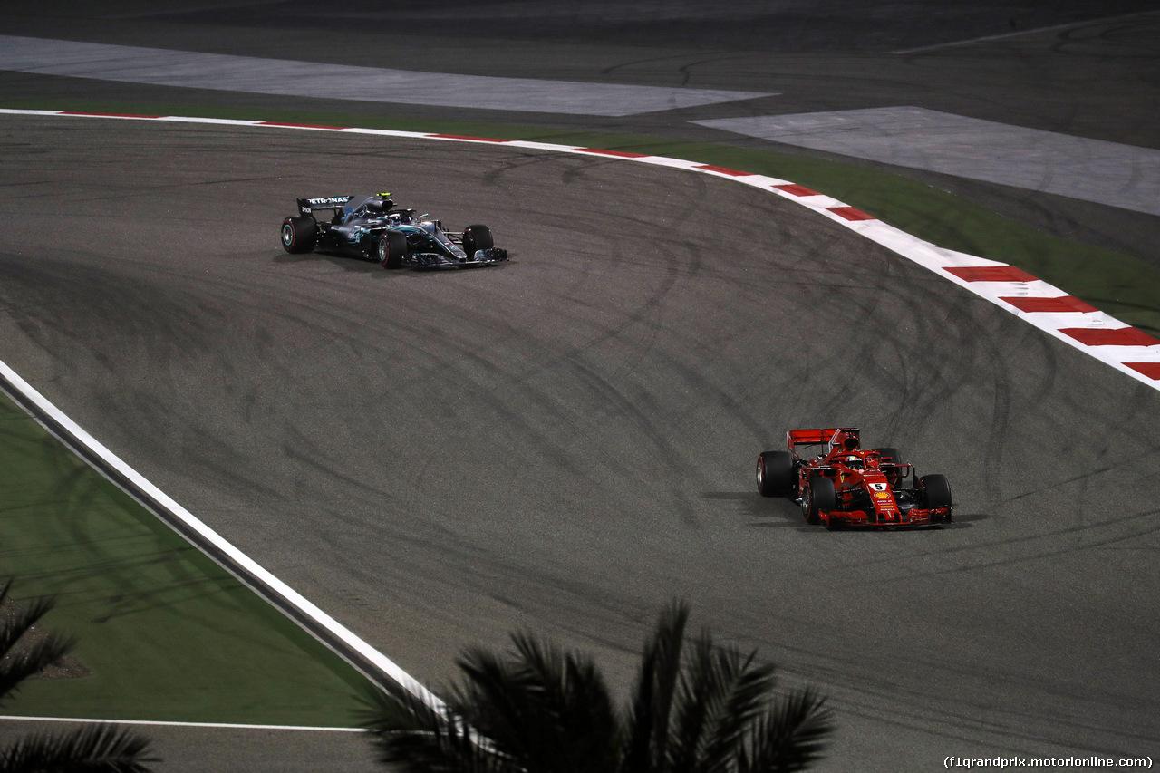 GP BAHRAIN, 08.04.2018 - Gara, Sebastian Vettel (GER) Ferrari SF71H davanti a Valtteri Bottas (FIN) Mercedes AMG F1 W09