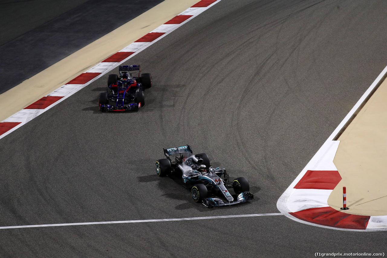 GP BAHRAIN, 08.04.2018 - Gara, Lewis Hamilton (GBR) Mercedes AMG F1 W09 davanti a Brendon Hartley (NZL) Scuderia Toro Rosso STR13