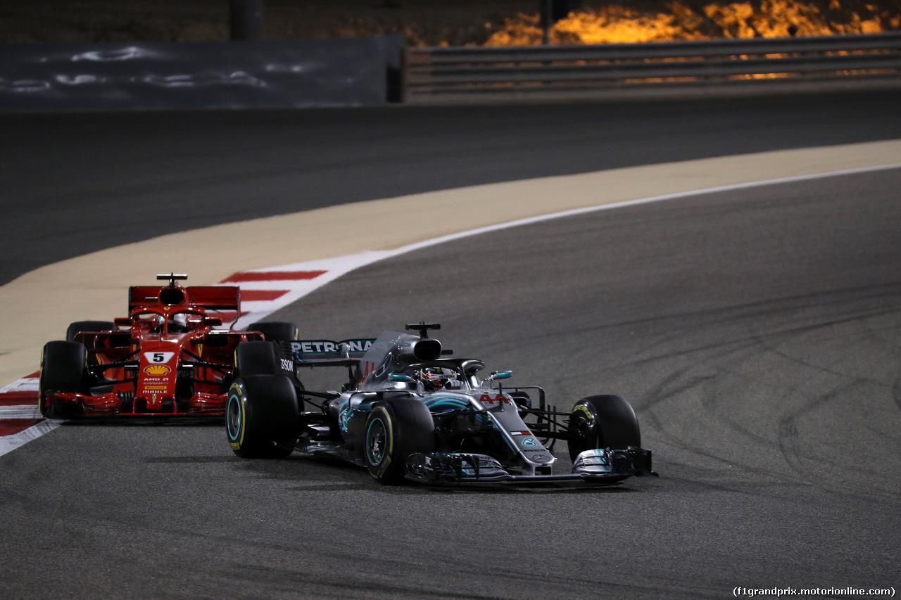 GP BAHRAIN, 08.04.2018 - Gara, Lewis Hamilton (GBR) Mercedes AMG F1 W09 davanti a Sebastian Vettel (GER) Ferrari SF71H