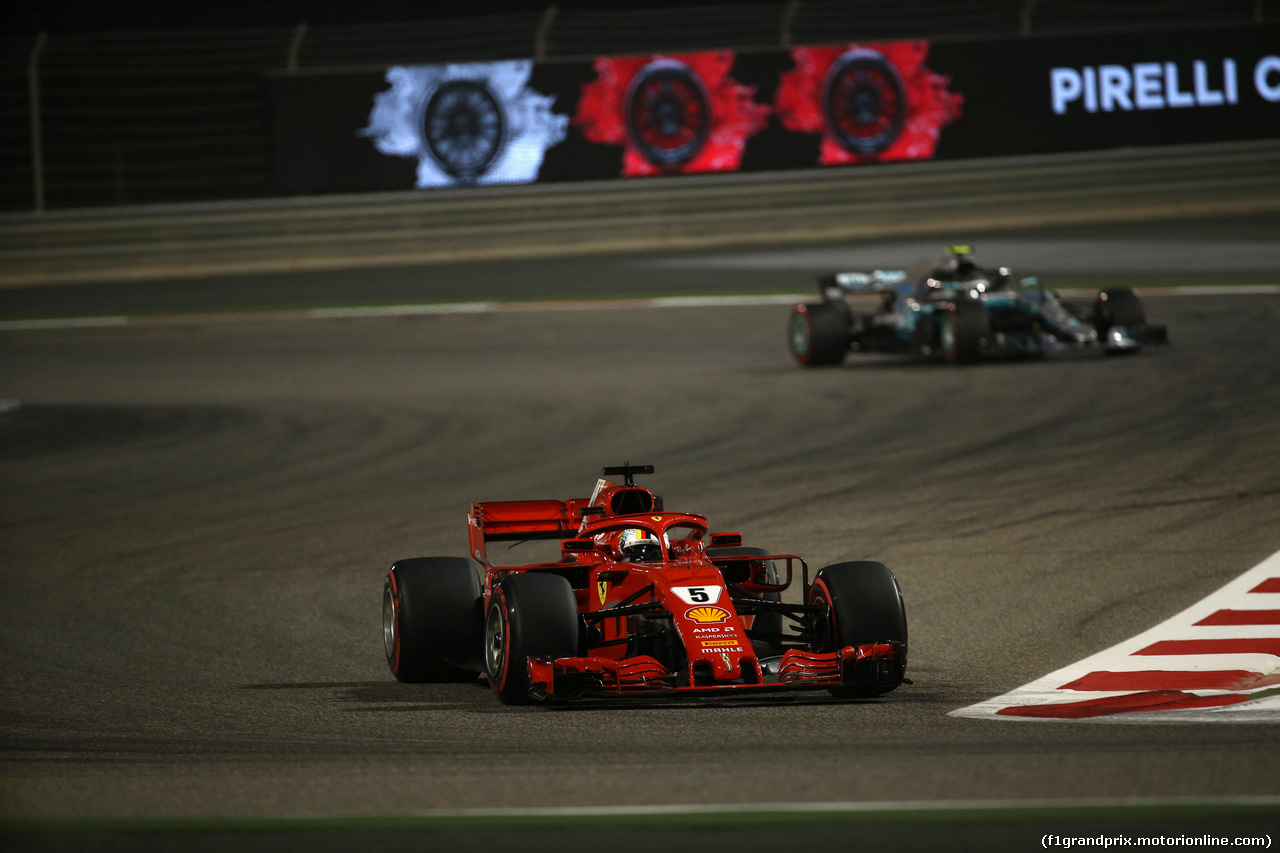 GP BAHRAIN, 08.04.2018 - Gara, Sebastian Vettel (GER) Ferrari SF71H e Valtteri Bottas (FIN) Mercedes AMG F1 W09