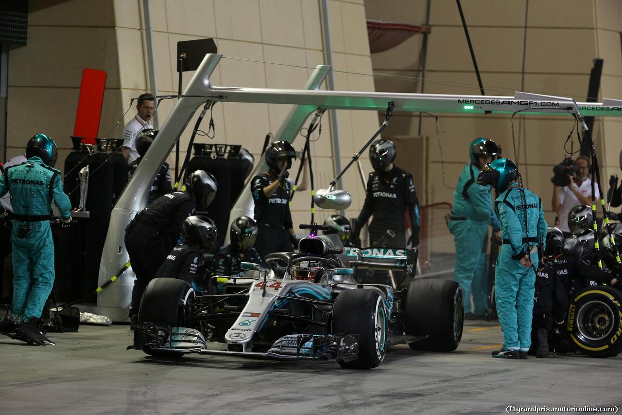 GP BAHRAIN, 08.04.2018 - Gara, Pit stop, Lewis Hamilton (GBR) Mercedes AMG F1 W09