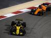 GP BAHRAIN, 08.04.2018 - Gara, Nico Hulkenberg (GER) Renault Sport F1 Team RS18 davanti a Fernando Alonso (ESP) McLaren MCL33
