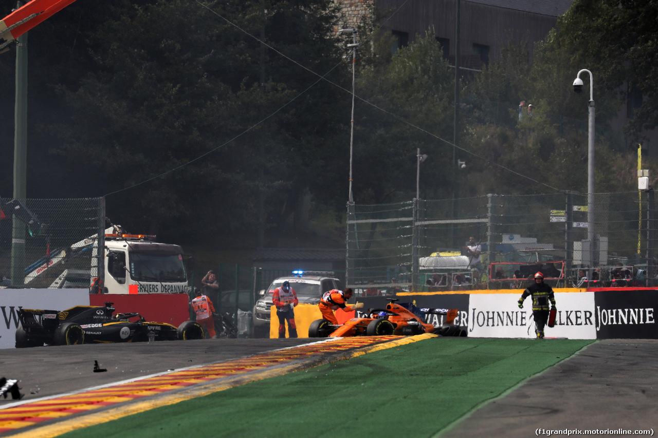 GP BELGIO, 26.08.2018 - Gara, Crash, Nico Hulkenberg (GER) Renault Sport F1 Team RS18 e Fernando Alonso (ESP) McLaren MCL33
