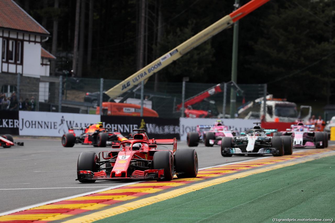 GP BELGIO, 26.08.2018 - Gara, Sebastian Vettel (GER) Ferrari SF71H davanti a Lewis Hamilton (GBR) Mercedes AMG F1 W09