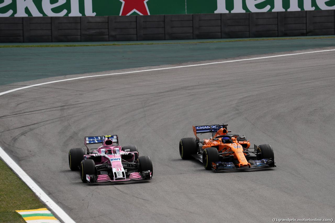 GP BRASILE, 11.11.2018 - Gara, Esteban Ocon (FRA) Racing Point Force India F1 VJM11 e Fernando Alonso (ESP) McLaren MCL33