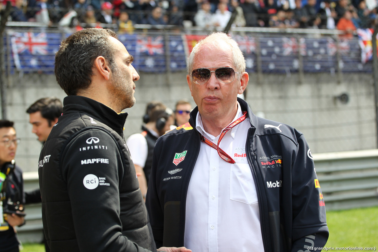 GP CINA, 15.04.2018- Starting grid, Cyril Abiteboul (FRA) Renault Sport F1 Managing Director  with Helmut Marko (AUT), Red Bull Racing, Red Bull Advisor