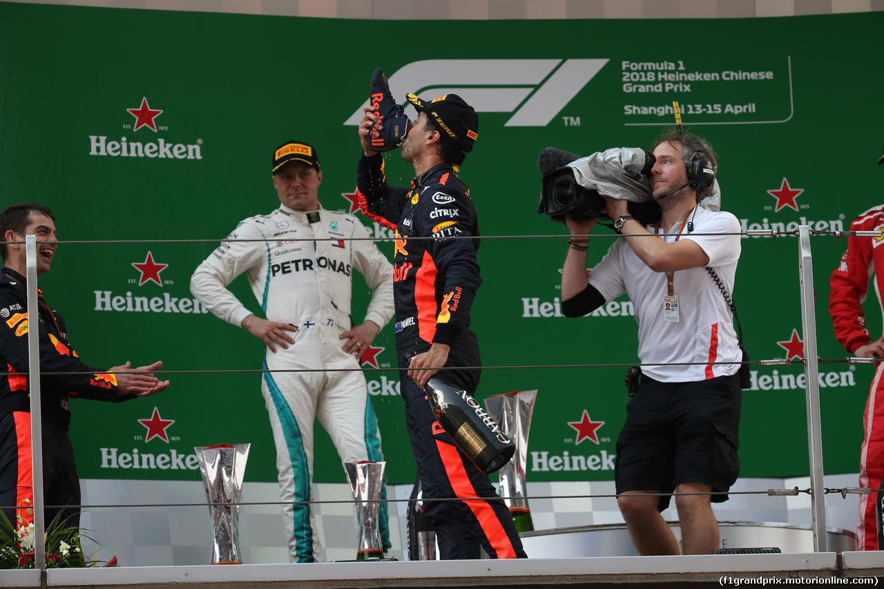 GP CINA, 15.04.2018- Podium,  winner Daniel Ricciardo (AUS) Red Bull Racing RB14 drinks champagne from his shoe
