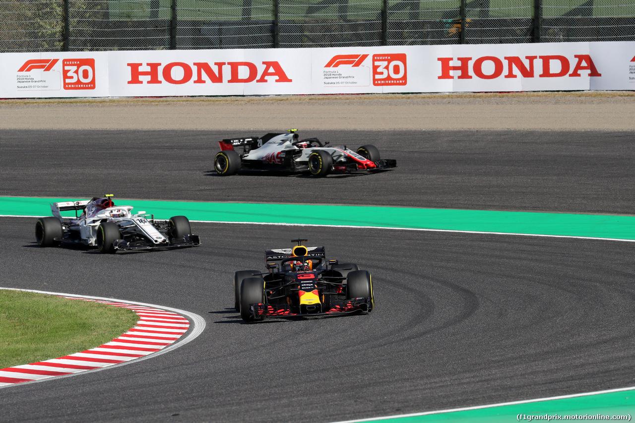 GP GIAPPONE, 07.10.2018 - Gara, Daniel Ricciardo (AUS) Red Bull Racing RB14 davanti a Charles Leclerc (MON) Sauber C37 e Kevin Magnussen (DEN) Haas F1 Team VF-18