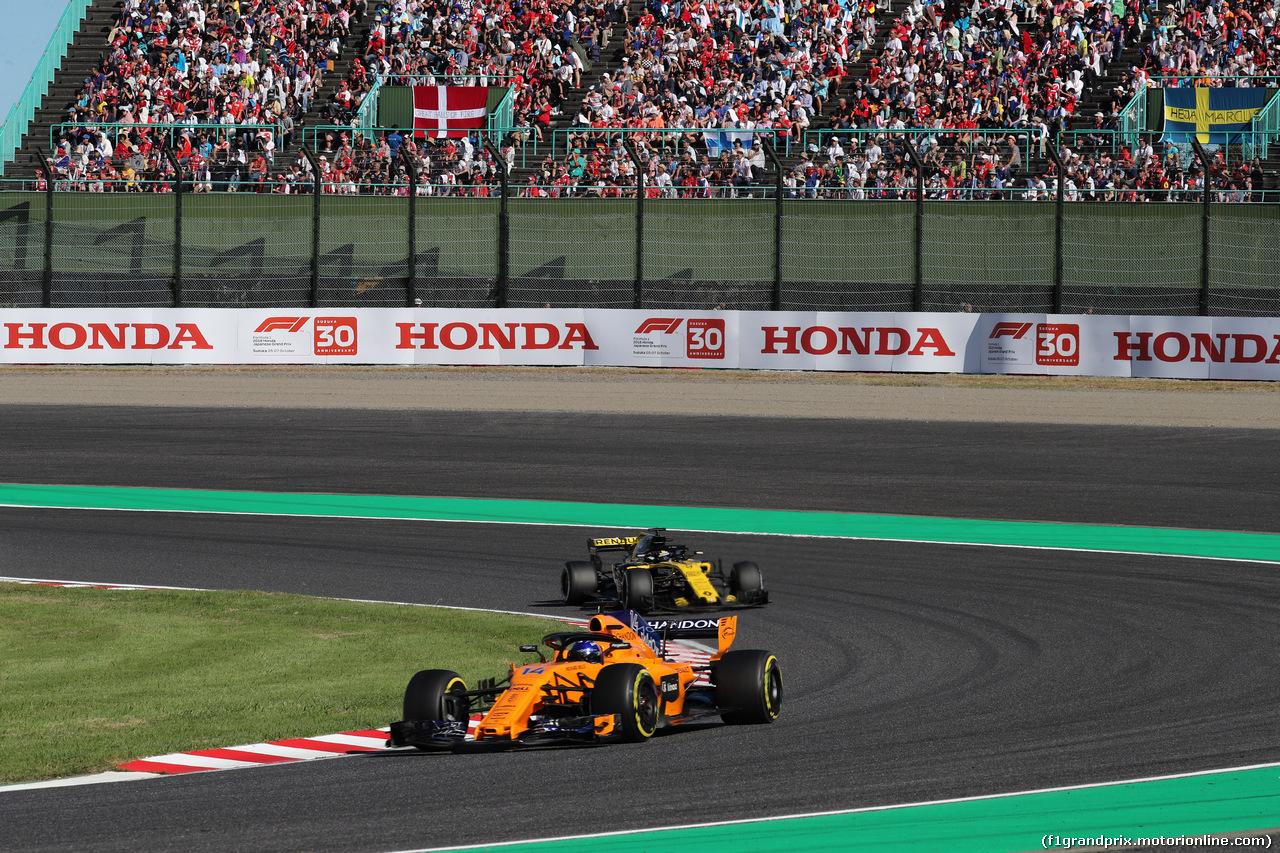 GP GIAPPONE, 07.10.2018 - Gara, Fernando Alonso (ESP) McLaren MCL33 davanti a Nico Hulkenberg (GER) Renault Sport F1 Team RS18