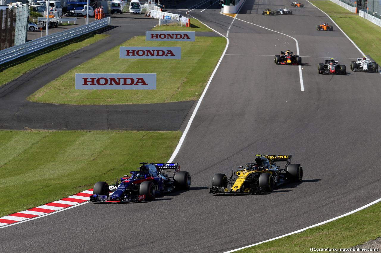 GP GIAPPONE, 07.10.2018 - Gara, Brendon Hartley (NZL) Scuderia Toro Rosso STR13 e Carlos Sainz Jr (ESP) Renault Sport F1 Team RS18