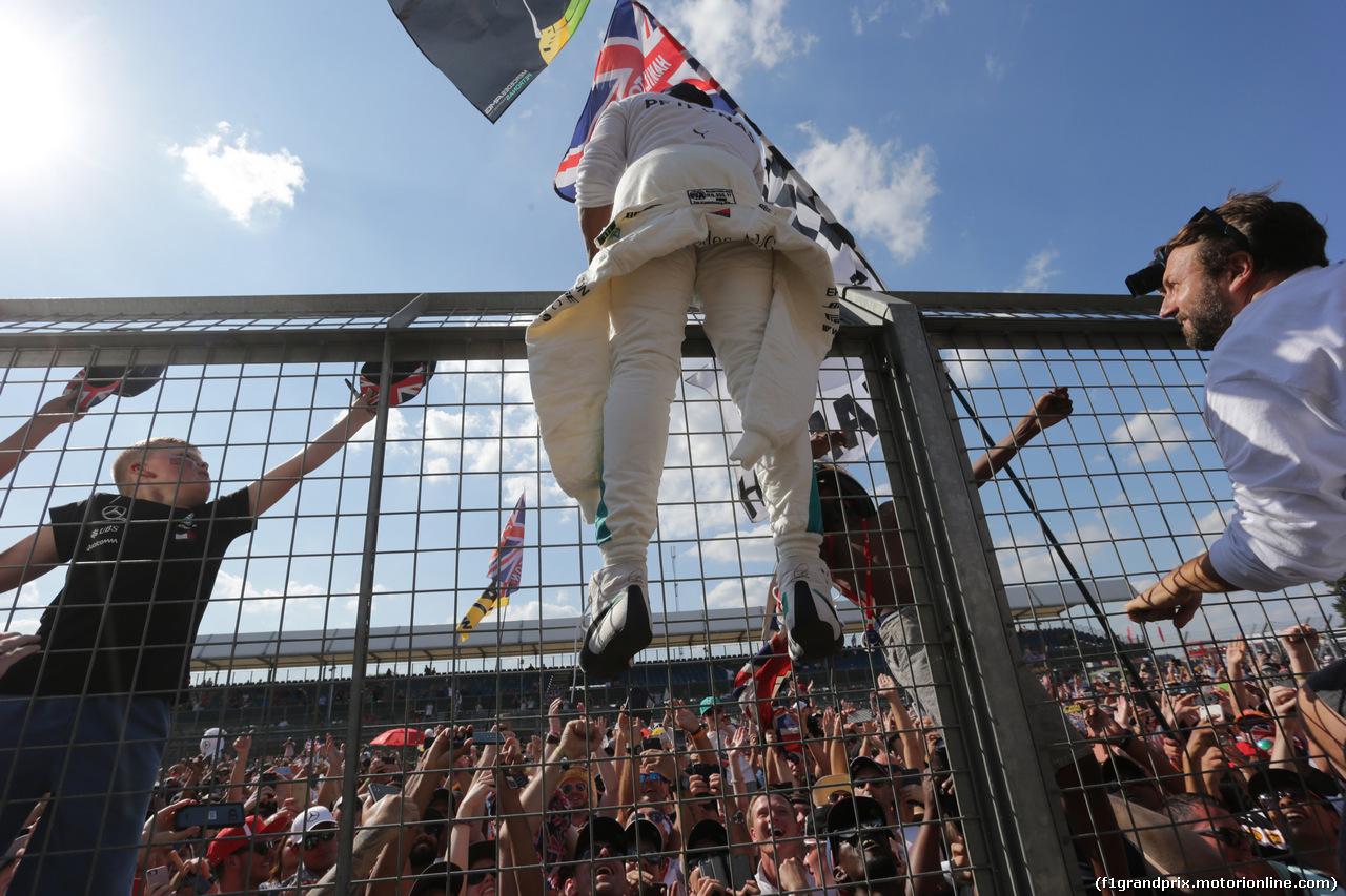 GP GRAN BRETAGNA, 08.07.2018- Lewis Hamilton (GBR) Mercedes AMG F1 W09  with fans