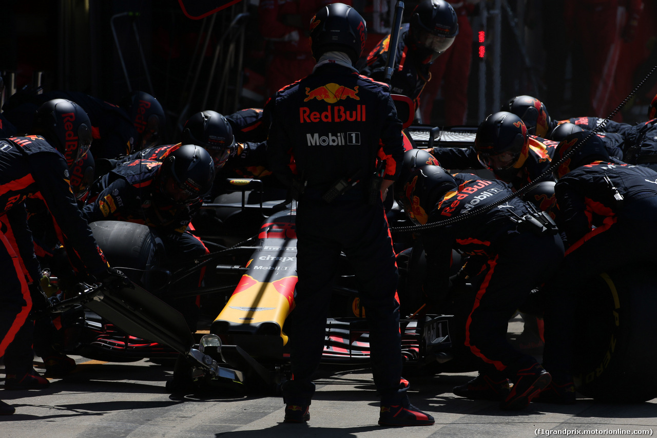 GP GRAN BRETAGNA, 08.07.2018- Gara, Max Verstappen (NED) Red Bull Racing RB14 during pit stop