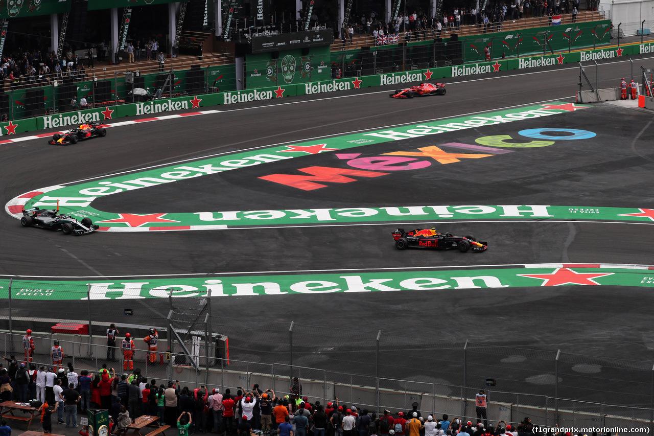 GP MESSICO, 28.10.2018 - Gara, Lewis Hamilton (GBR) Mercedes AMG F1 W09 e Max Verstappen (NED) Red Bull Racing RB14