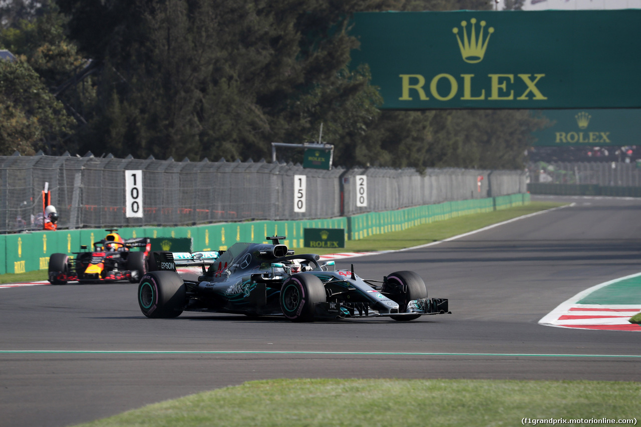 GP MESSICO, 26.10.2018 - Prove Libere 1, Lewis Hamilton (GBR) Mercedes AMG F1 W09 e Daniel Ricciardo (AUS) Red Bull Racing RB14