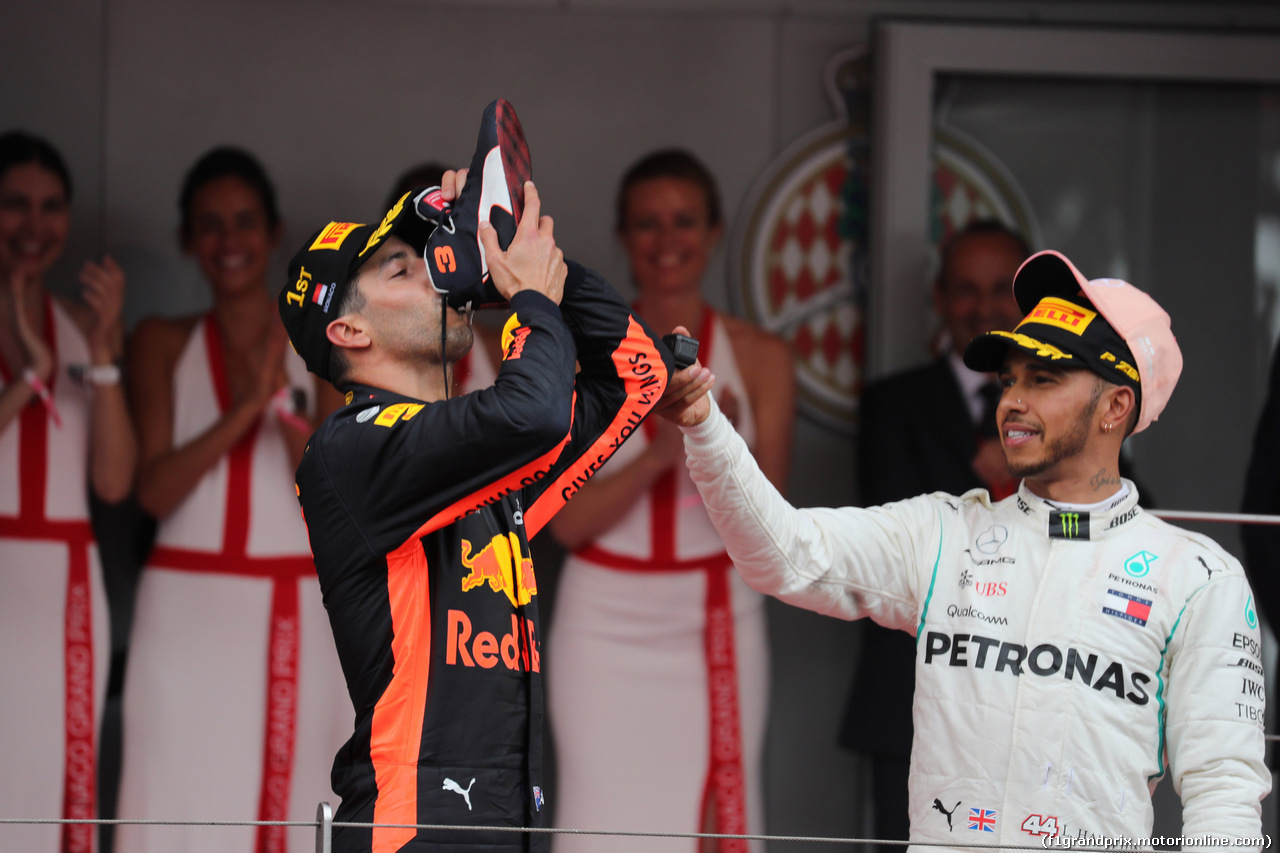 GP MONACO, 27.05.2018 - Gara, Daniel Ricciardo (AUS) Red Bull Racing RB14 vincitore e 3rd place Lewis Hamilton (GBR) Mercedes AMG F1 W09