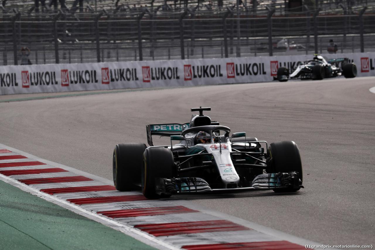 GP RUSSIA, 30.09.2018 - Gara, Lewis Hamilton (GBR) Mercedes AMG F1 W09 davanti a Valtteri Bottas (FIN) Mercedes AMG F1 W09